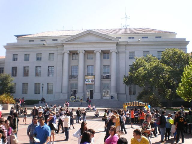 800px-Sproul_Plaza_during_Cal_Day_2009_3.JPG