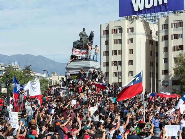 2020-02-10-Protestas_en_Chile_20191022_07-CarlosFigueroa-750p