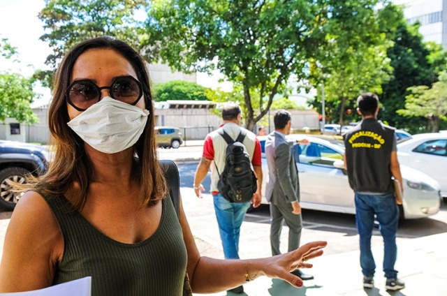 Government agents supervise sales of sanitizer, masks, and other medical supplies to prevent price gouging and hoarding, March 2020. (Photo by Paulo H. Carvalho / Agência Brasília.)