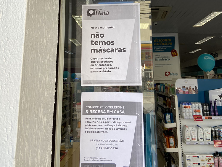 A sign in a Brazilian pharmacy: We don't have masks. (Photo by Elize Massard da Fonseca.)