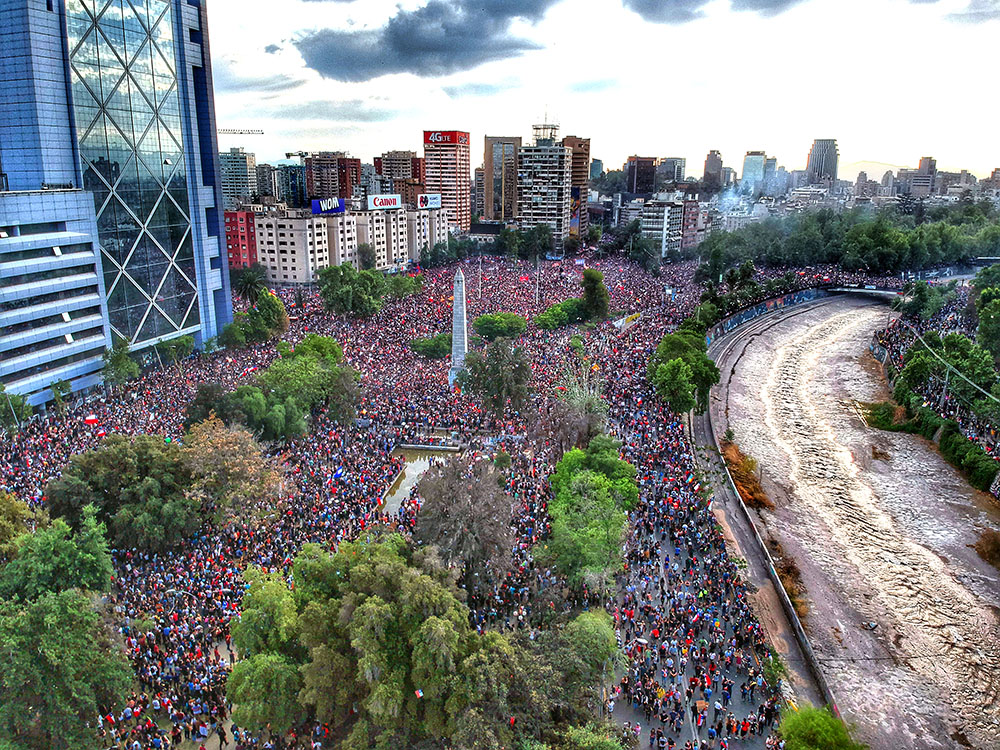 A huge protest march in the Plaza Baquedano in Santiago, October 2019. (Photo by Hugo Morales.)