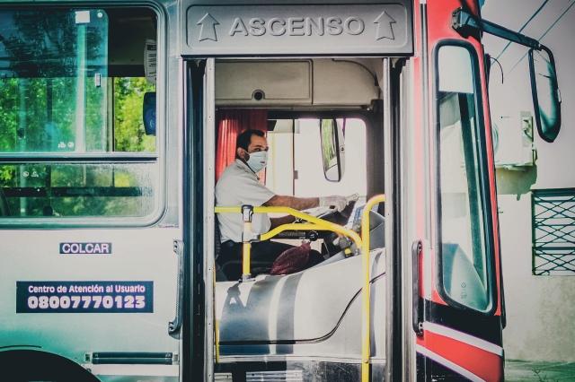 Un conductor de autobús argentino usa una máscara para protegerse contra el coronavirus, marzo de 2020. (Foto de TitiNicola).