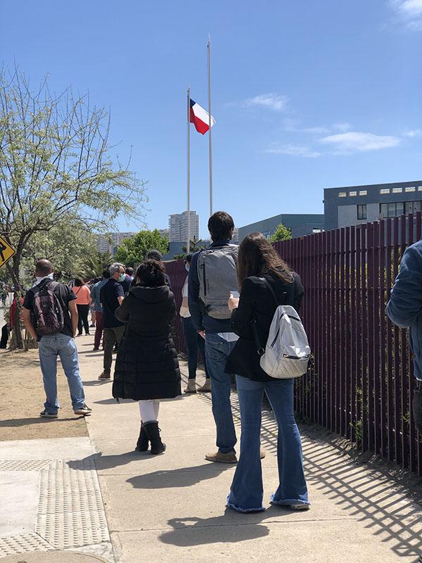 Los y las votantes esperan en fila para votar en el plebiscito de octubre.